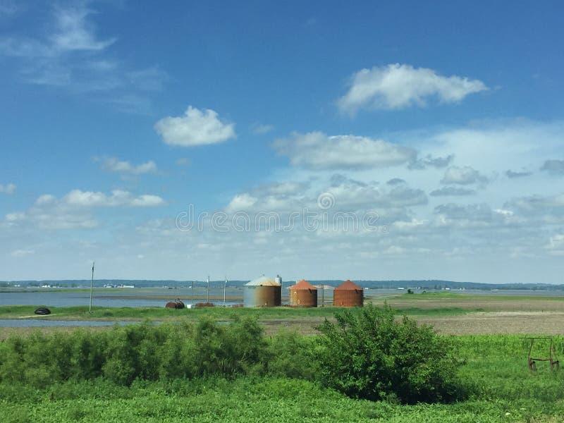 Compartimientos inundados de las tierras de labrantío y del grano con moho en Iowa a lo largo de la autopista 29 imagenes de archivo
