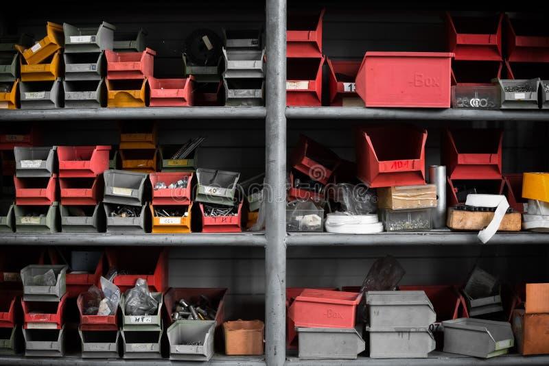 Compartimientos plásticos en la clasificación del estante en almacén imagenes de archivo