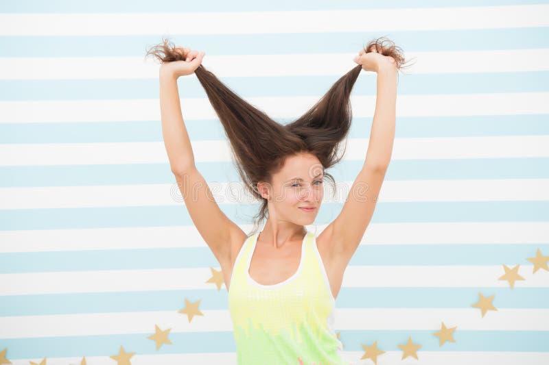 Compartir nueva perfección Chica sexy con el pelo largo de morena Modelo de belleza con aspecto de moda Salón de moda Salón de pe imagen de archivo