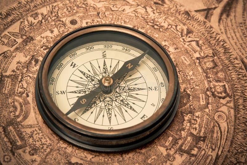Compas antique sur la carte photos stock