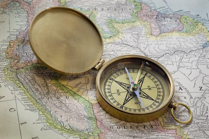 Compas de cobre amarillo sobre la correspondencia de Suramérica fotos de archivo libres de regalías