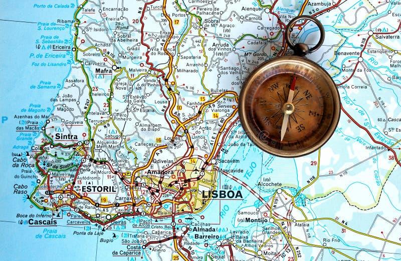 Compas en laiton dans une carte de Lisbonne photo libre de droits