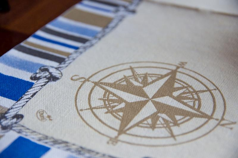 Compas op katoenen linnen wordt getrokken dat stock afbeelding