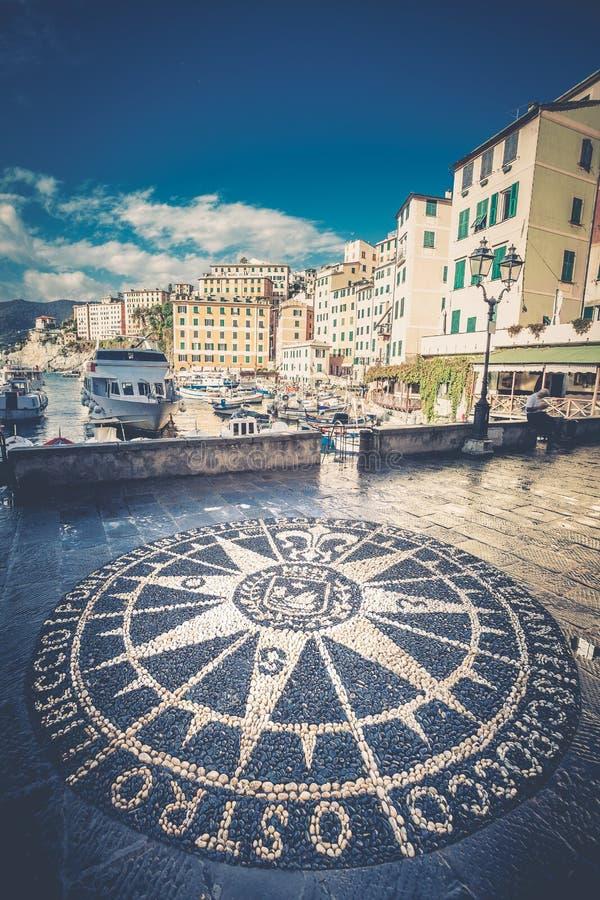 Compas stieg Windrose-Mosaik auf der Straße in Camogli, italienische Stadt stockfoto