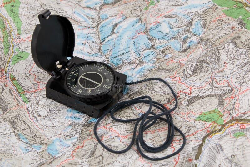 Compas sur la carte image stock
