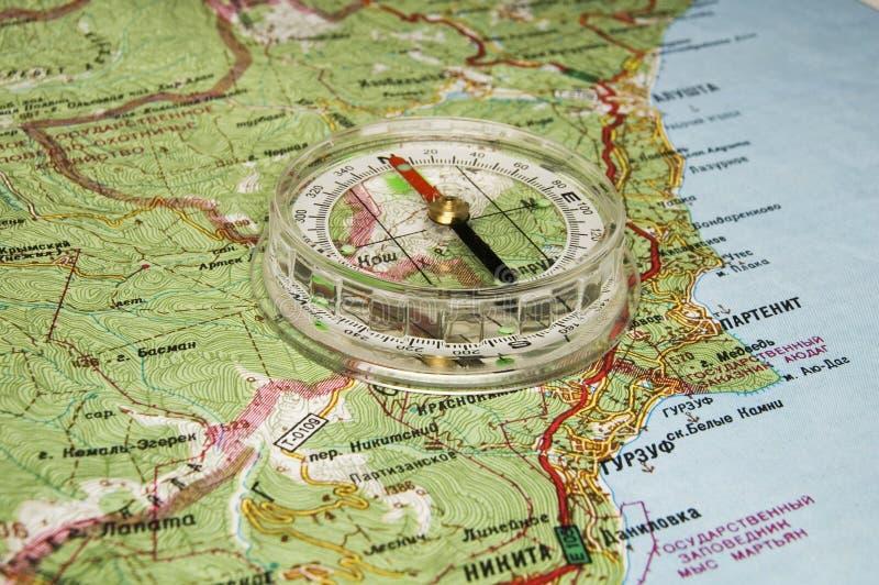 Compas sur la carte photographie stock libre de droits