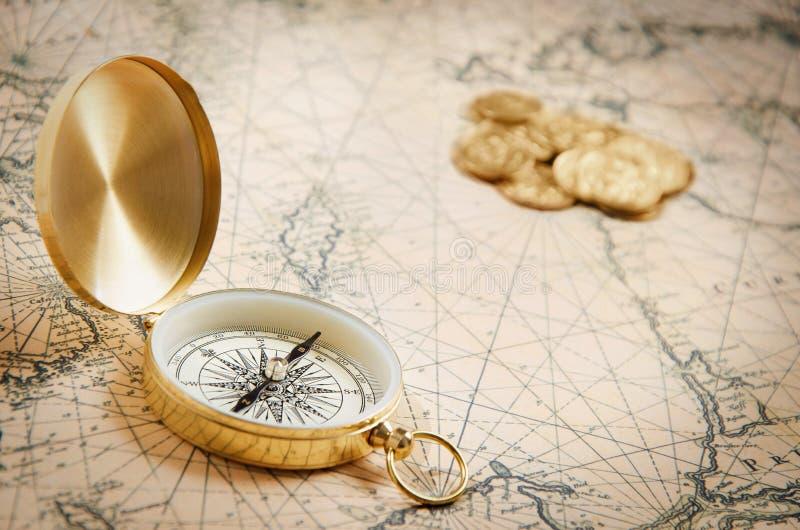 Compas sur la vieille carte photos stock