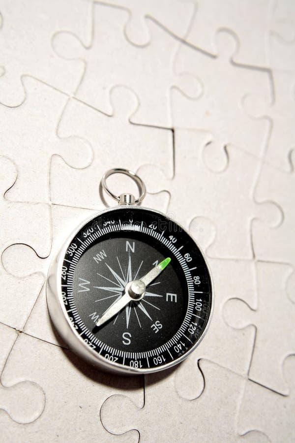 Compas sur un puzzle blanc photo libre de droits