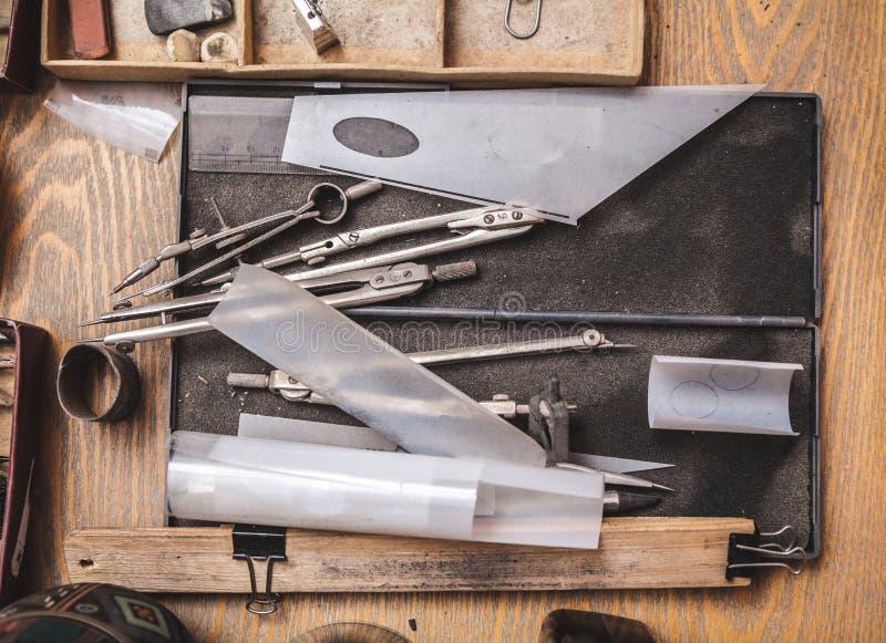 Compases y papel de trazo en el lugar de trabajo imagen de archivo