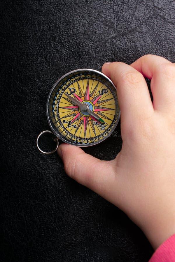 Compass en mano como concepto de viaje y búsqueda de su vida imagen de archivo libre de regalías