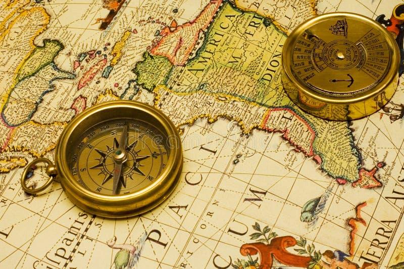 Compasso & calendário do ouro do estilo velho em um mapa imagens de stock royalty free