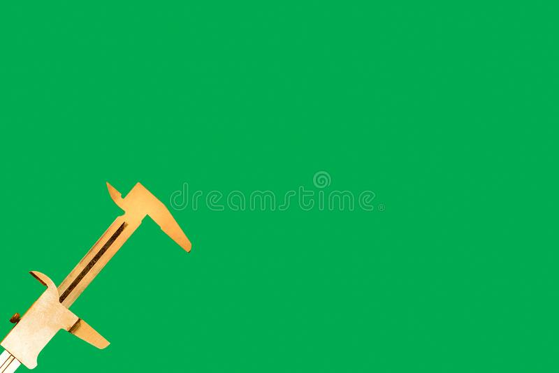 Compasso de calibre em um fundo verde e em um espaço vazio foto de stock