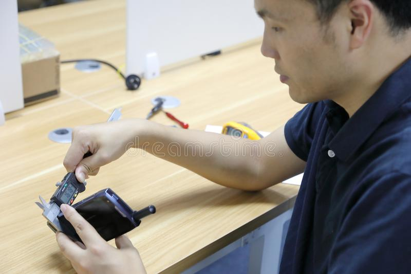 Compasso de calibre que mede uma ferramenta com um compasso de calibre foto de stock