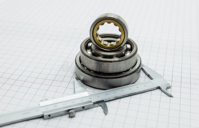 Compasso de calibre vernier que encontra-se no projeto com rolamento imagem de stock royalty free