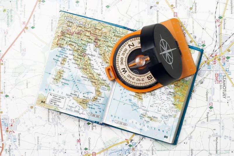 Compasso e atlas pequeno foto de stock
