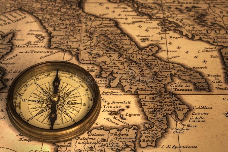 Compasso e mapa antigo de Italy imagens de stock royalty free