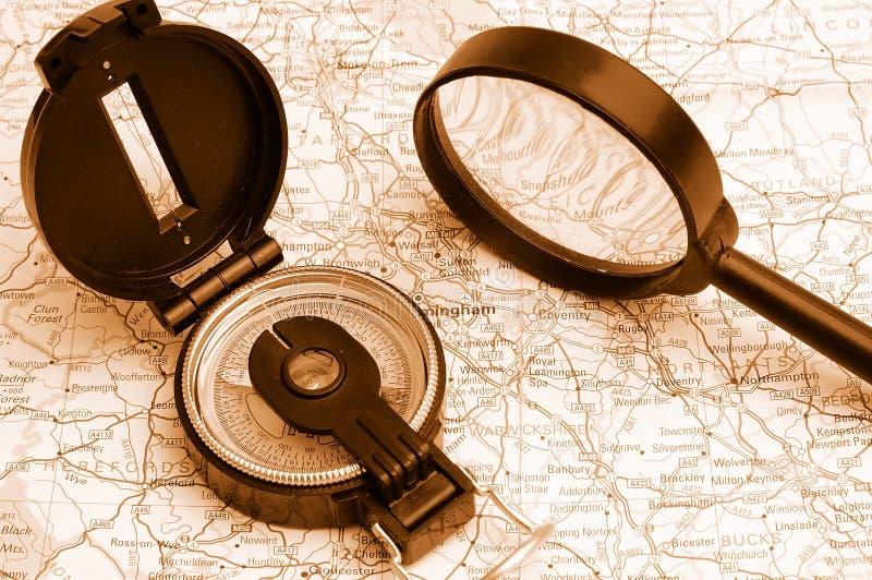 Compasso em um mapa imagens de stock royalty free
