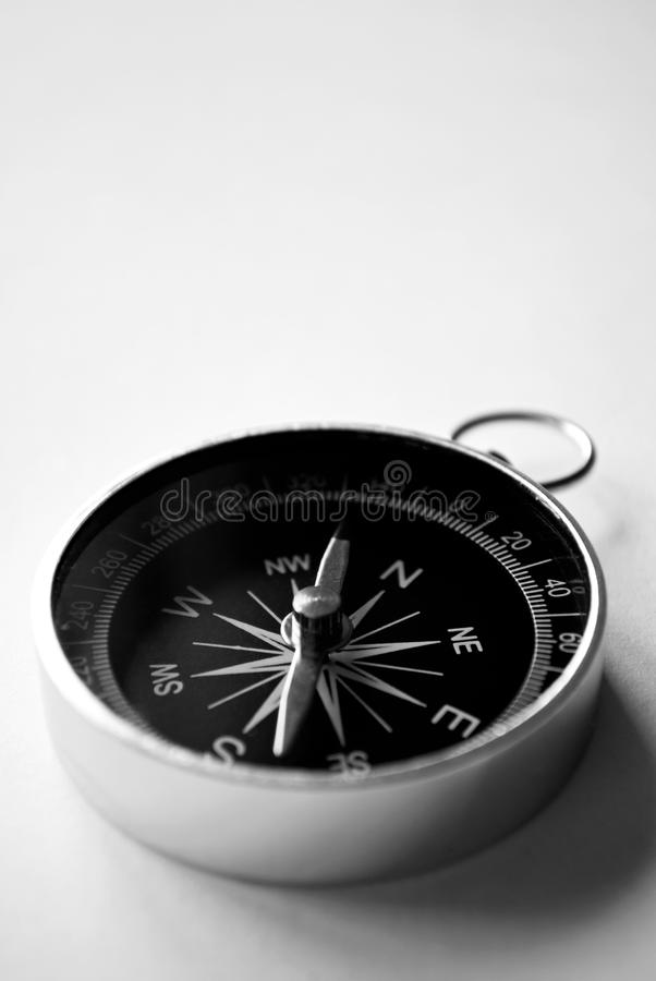 Compasso handheld magnético com copyspace fotografia de stock