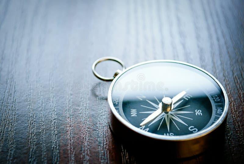 Compasso handheld magnético com copyspace foto de stock