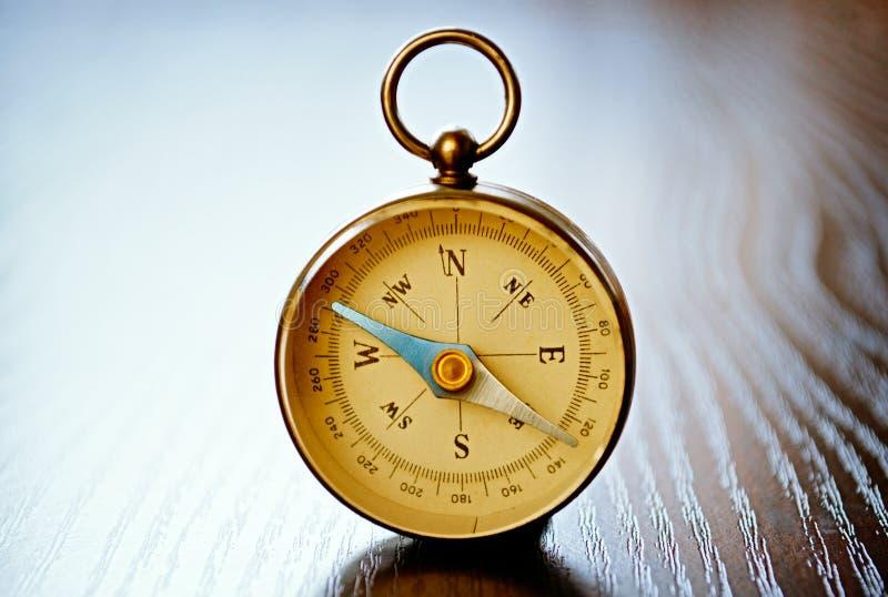 Compasso handheld magnético com copyspace foto de stock royalty free