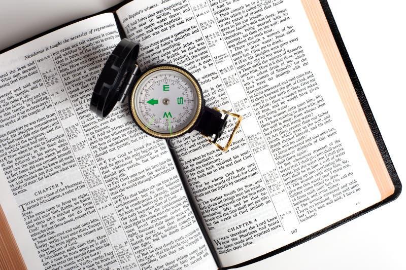 Compasso na Bíblia fotografia de stock