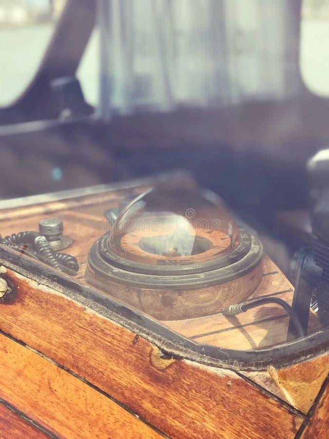Compasso nostálgico antigo do navio foto de stock
