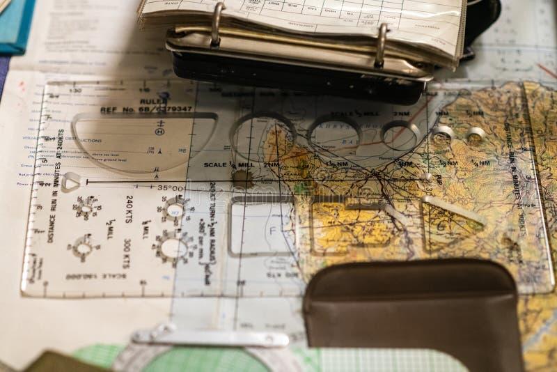 Compasso, notas, prolongador e mapa da sala do mapa WW2 Equipamento de Orienteering fotografia de stock