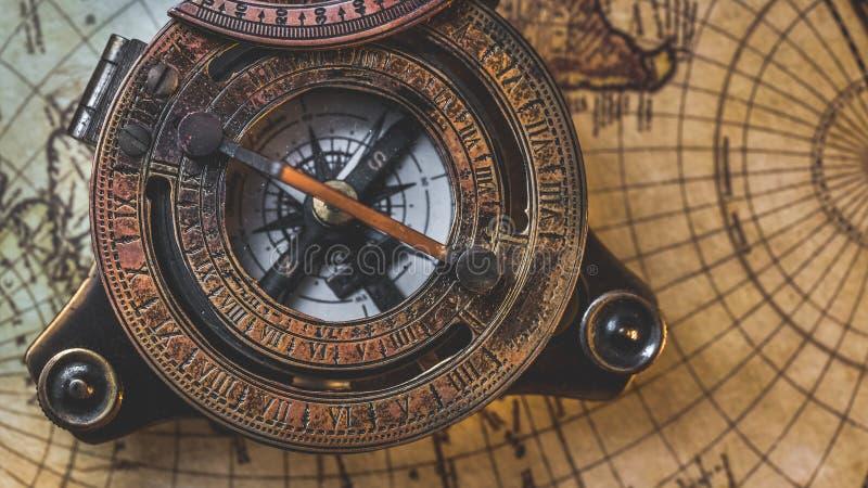 Compasso velho no mapa do mundo fotografia de stock royalty free