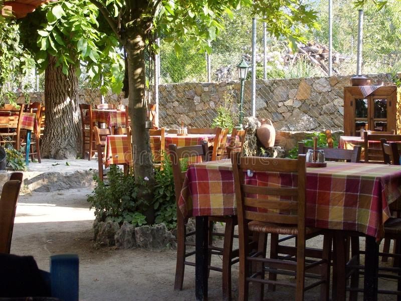 compatível com a natureza de cafés velhos da ilha de Samothraki fotos de stock royalty free
