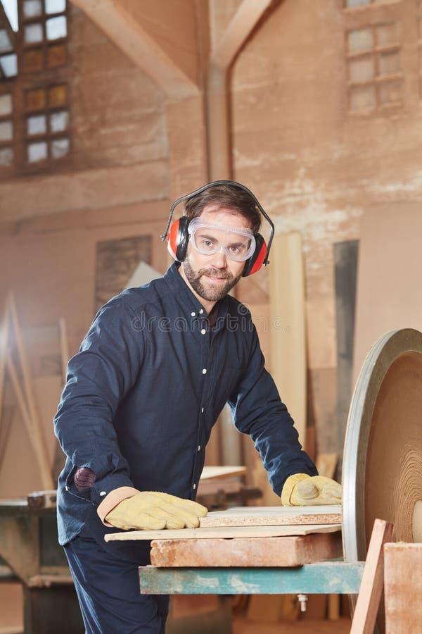 Compentent-Tischler auf seinem Beruf lizenzfreie stockfotografie