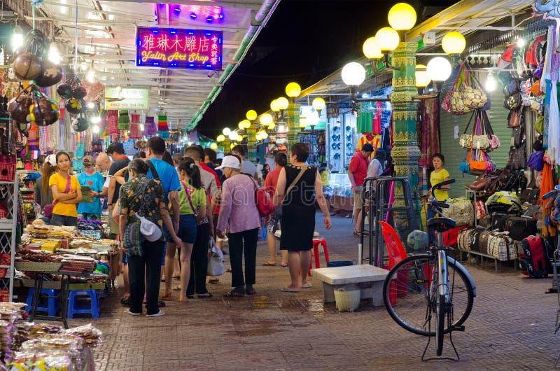 Comperando al mercato di notte di Siem Reap, la Cambogia fotografia stock