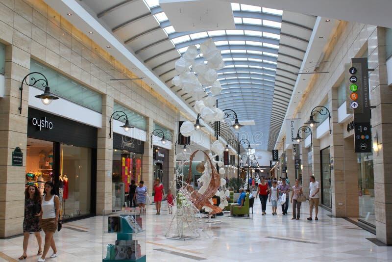 Comperando nel centro commerciale ammucchiato fotografie stock libere da diritti