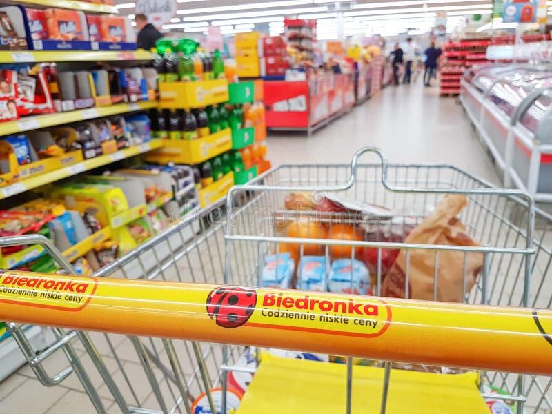 Comperando nel supermercato Biedronka immagine stock