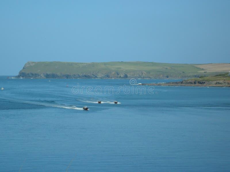Competência de barcos da velocidade no estuário do camelo fotos de stock