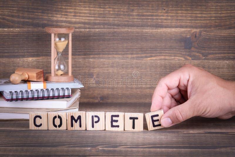 compete Hölzerne Buchstaben auf dem Schreibtisch stockfoto