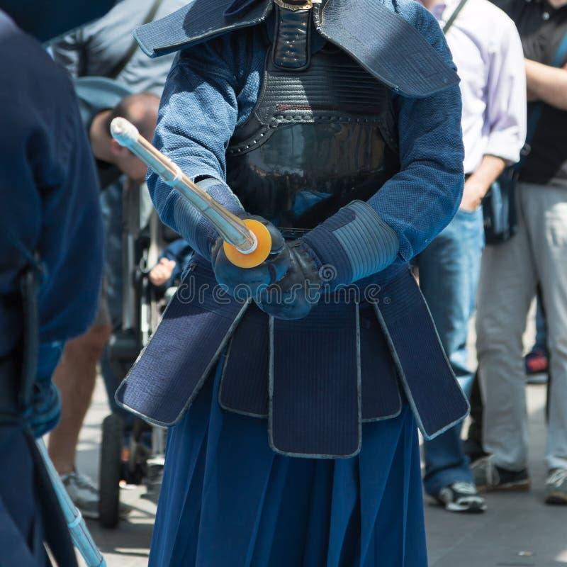 Competencia de dos combatientes del kendo con la espada de bambú y tradicional fotografía de archivo libre de regalías