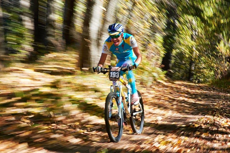 Competencia de la bici de montaña fotografía de archivo libre de regalías