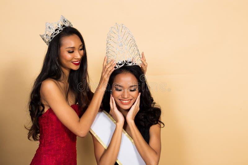Competencia de Srta. Beauty Pageant Queen en vestido asiático foto de archivo libre de regalías