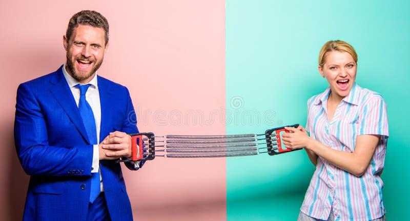 Competencia del negocio entre el hombre de negocios y la hembra Confrontación del género en el lugar de trabajo Igualdad de géner fotos de archivo