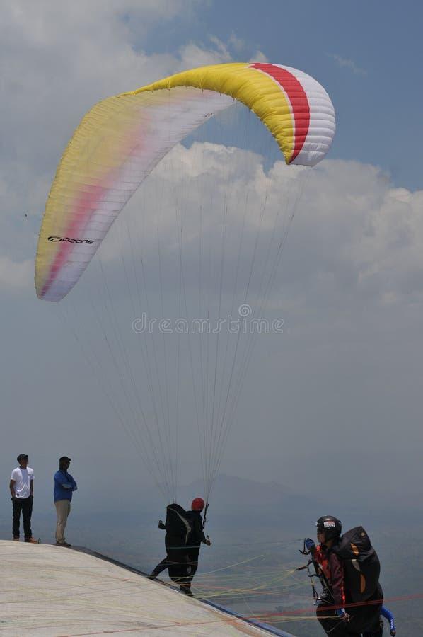 Competencia del Paragliding en Indonesia foto de archivo