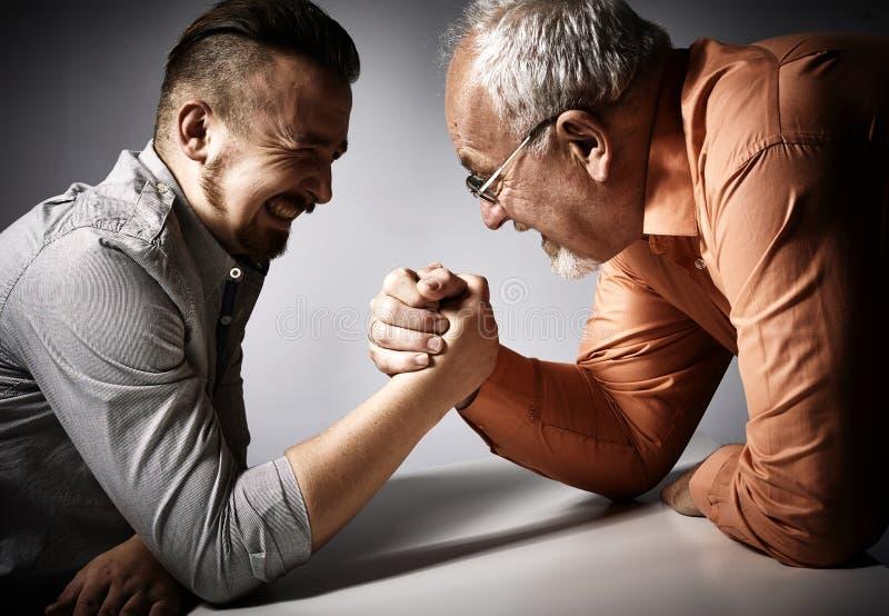 Competencia del pulso de dos hombres foto de archivo libre de regalías