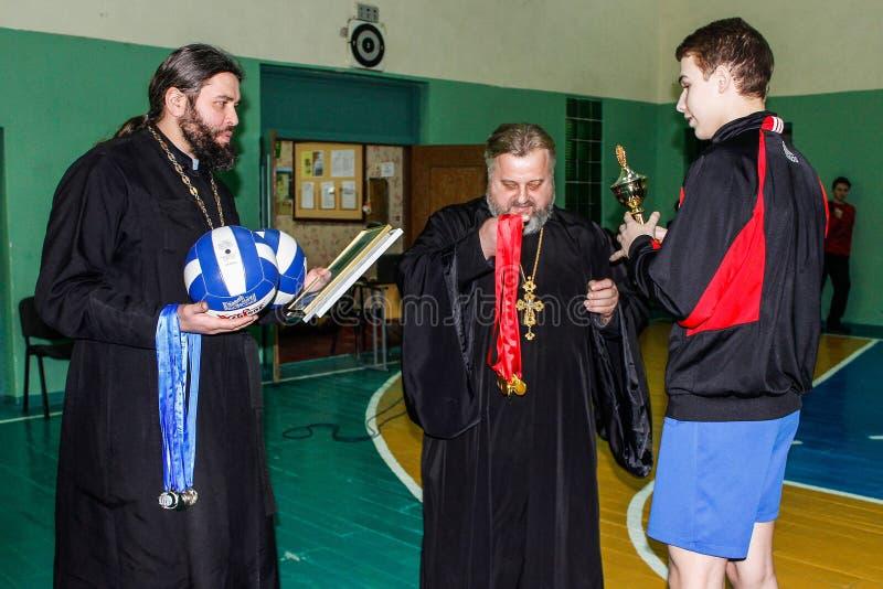 Competencia en la región de Gomel de Bielorrusia en voleibol bajo los auspicios de la iglesia ortodoxa imagenes de archivo