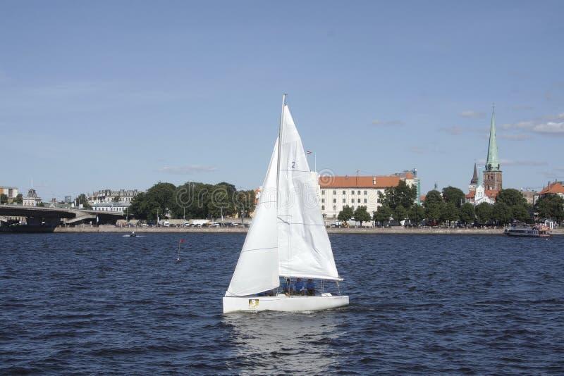 Competencia tradicional de pequeños veleros en Riga fotos de archivo