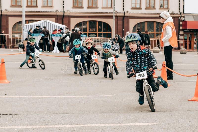 Competição amadora das crianças equilibrar a bicicleta no quadrado de Lenin imagem de stock royalty free