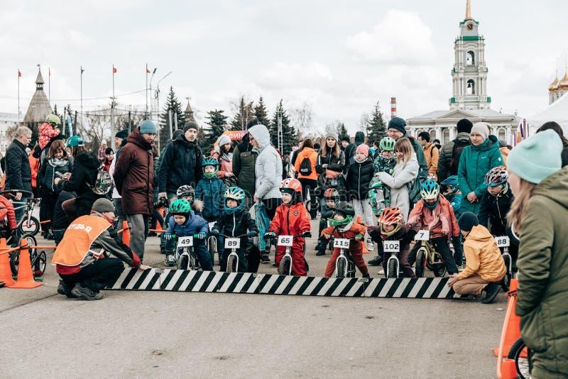 : competição amadora das crianças equilibrar a bicicleta no quadrado de Lenin fotos de stock