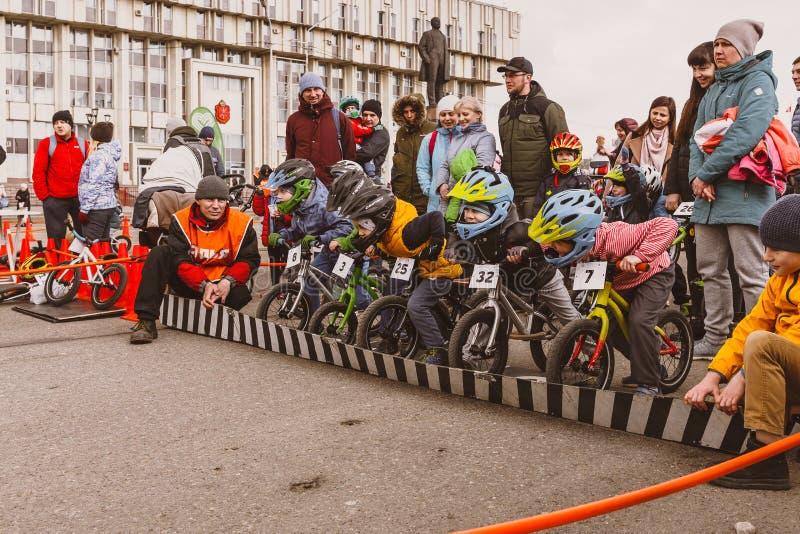 A competição amadora das crianças equilibrar a bicicleta no quadrado de Lenin, grupo de Reade vai imagens de stock royalty free