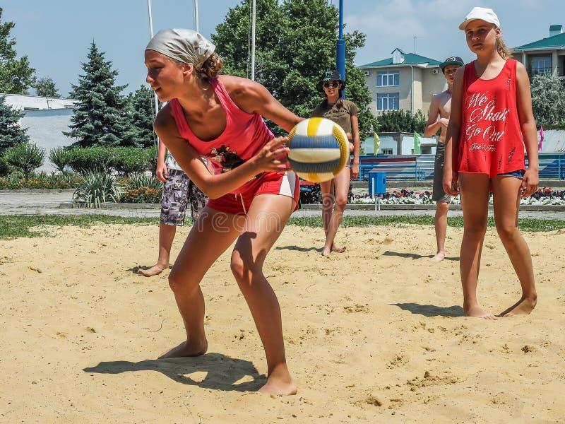Competição amadora do voleibol de praia no acampamento da recreação das crianças em Anapa na região de Krasnodar de Rússia foto de stock