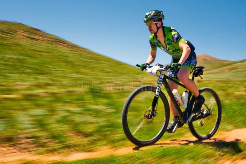 Competição da aventura do Mountain bike foto de stock