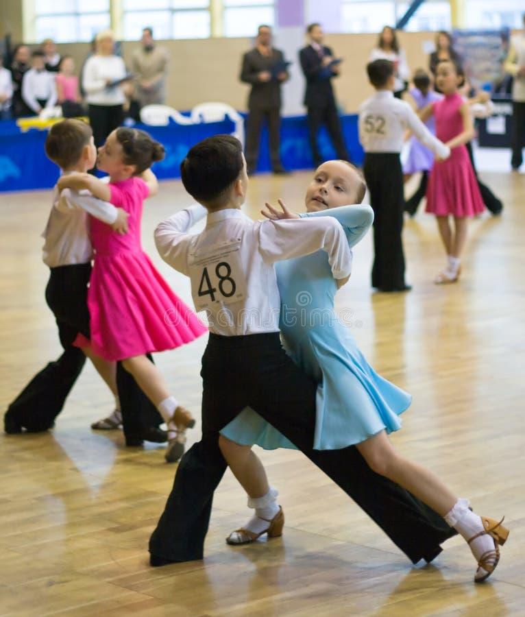 Competição da dança do esporte entre crianças fotografia de stock