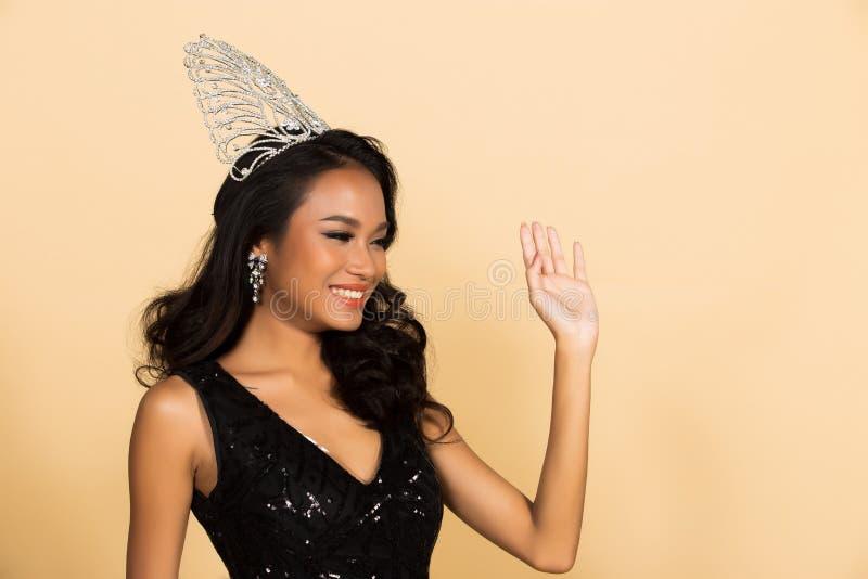 Competição da senhorita Beauty Pageant Queen no vestido asiático imagens de stock royalty free
